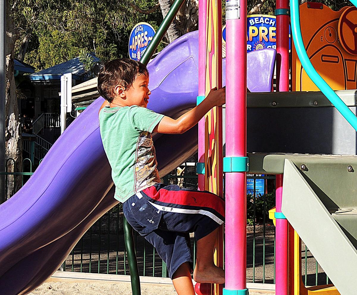 jouer garçon été vacances des loisirs parc d'attractions coloré Couleur parc enfant escalade loisir espace public activité amusement Cour de récréation Équipement de jeu extérieur Toboggan pour aire de jeux