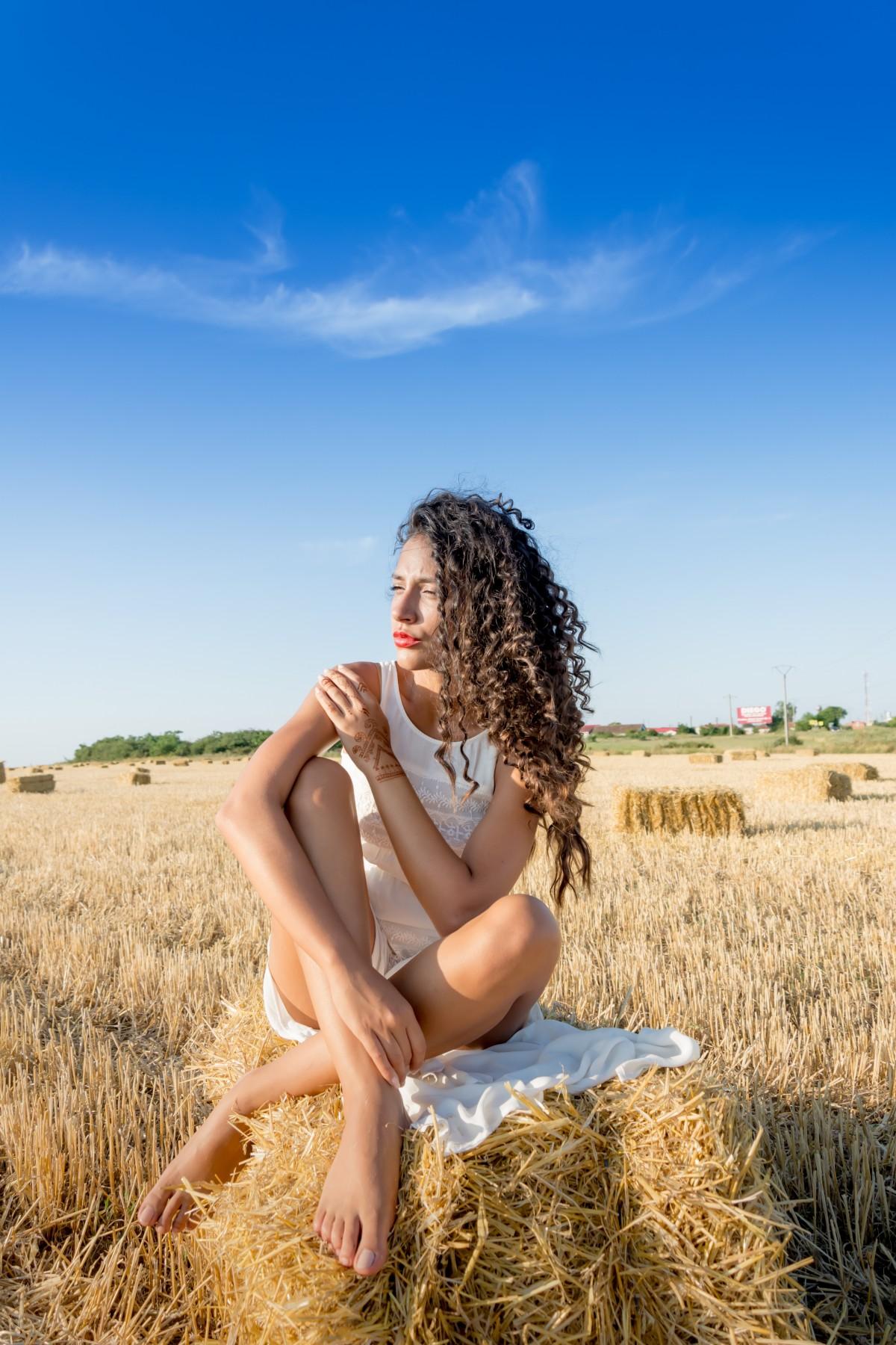 Девушка загорает в поле