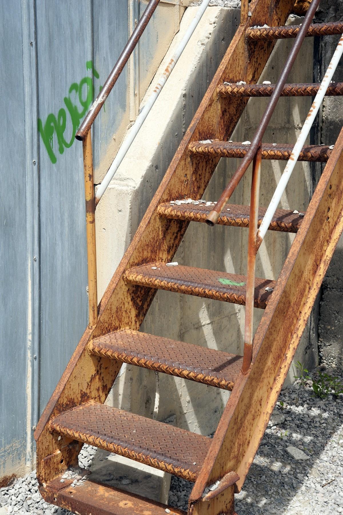 Fotos gratis al aire libre madera ventana urbano for Escalera de madera al aire libre precio