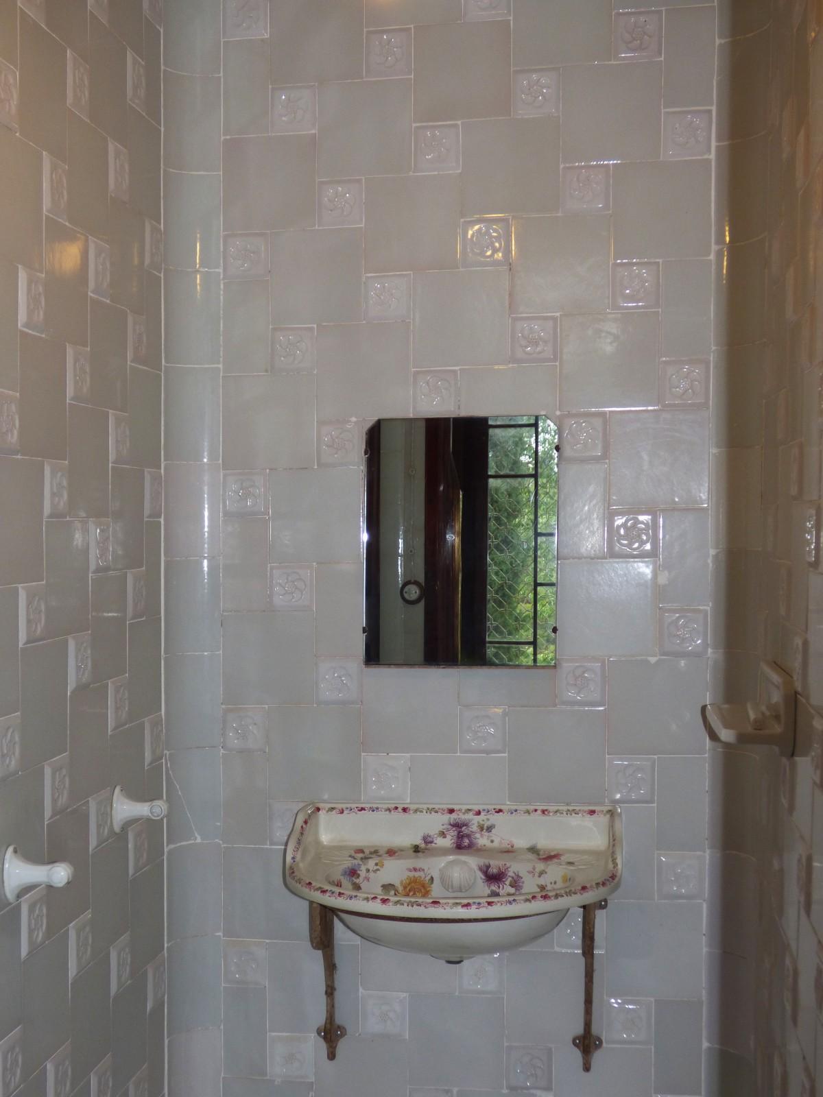 Fotos gratis piso antiguo pared azulejo lavabo for Azulejos para paredes interiores