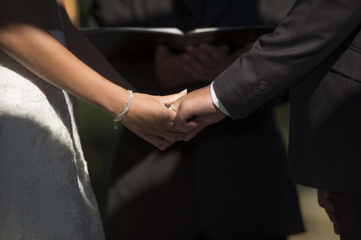 Как пары держатся за руки психология