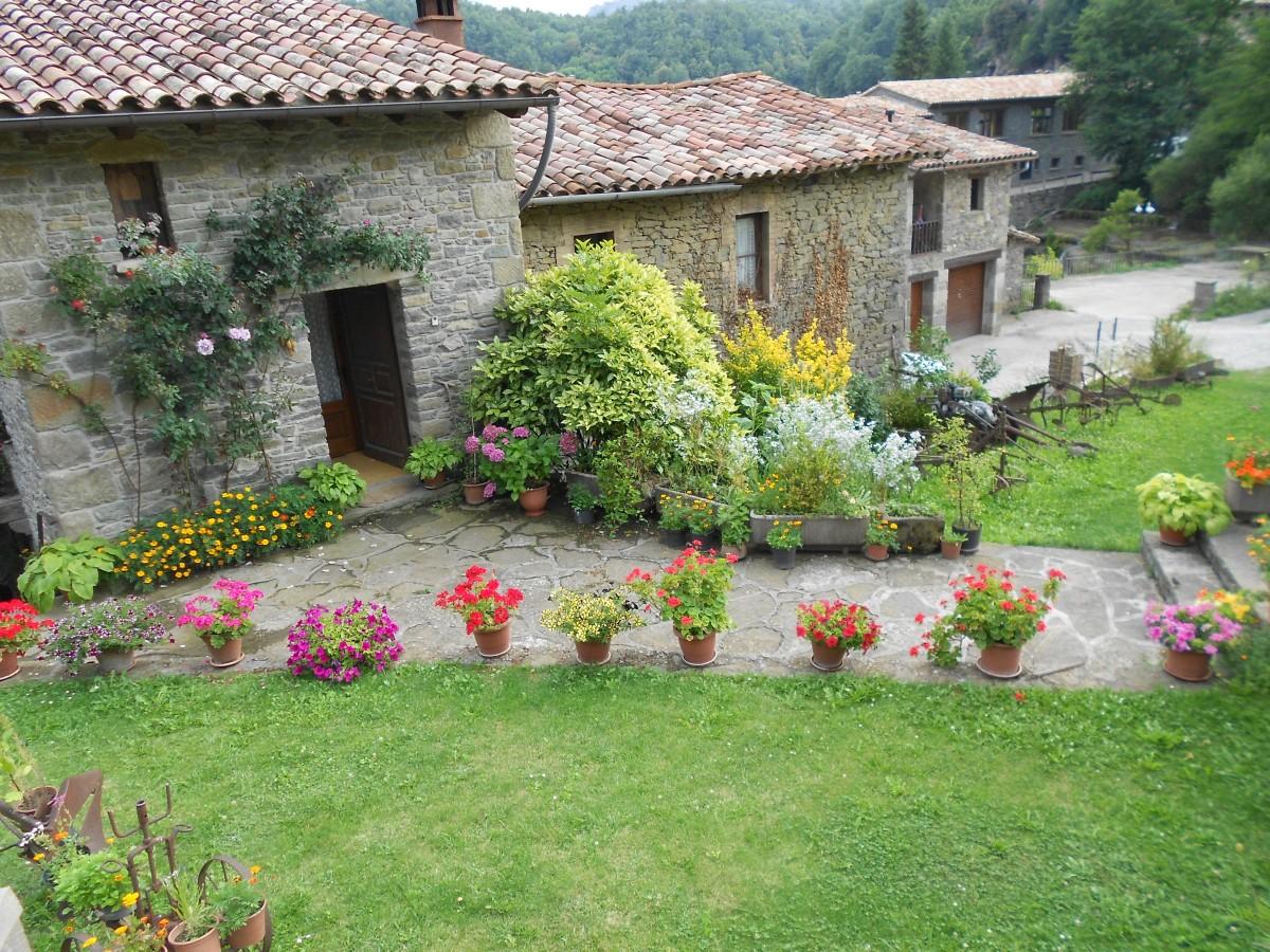 Fotos gratis arquitectura c sped flor edificio huerta r stico pueblo caba a patio - Ley propiedad horizontal patio interior ...