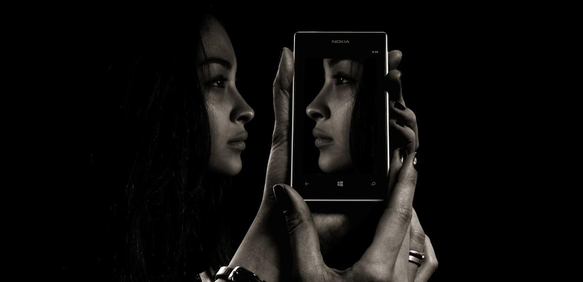 téléphone intelligent, mobile, main, écran, noir et blanc, fille, femme, La technologie, caméra, la photographie, photographe, vue, un d, portrait, téléphone, ombre, obscurité, noir, Monochrome, mode de vie, téléphone portable, mécanisme, art de la performance, visage, les yeux, rêver, masque, Samsung, fiction, philosophie, psychologie, double, numérique, photographier, soi, médias, illusion, vérité, image, facture, imagination, protection, je, réalité, cellule, Masquage, virtuel, Auto-déception, tromperie, de faux prétextes, Demande d'image, vœu pieux, mirage, envie, faux espoir, contribué, apparence, sens, perte de face, sans maquillage, Autodétermination, Photographie monochrome, film noir, Modèle d'art