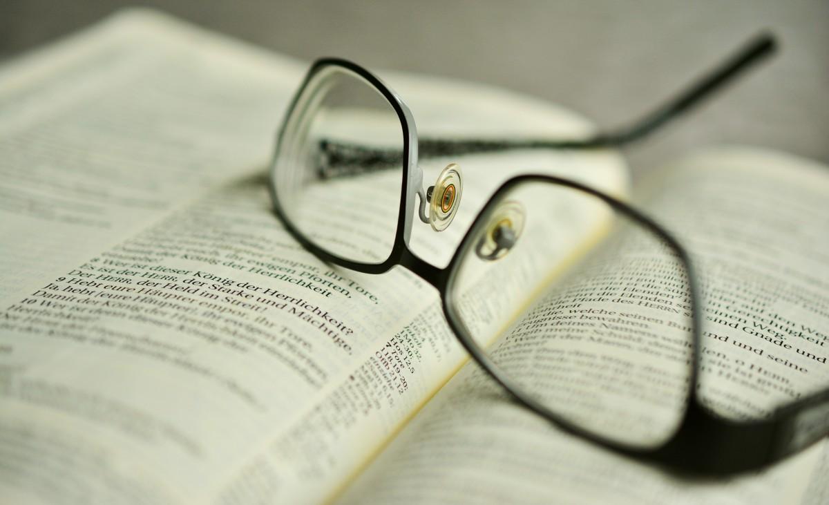 письмо книга читать Религия Библия Крупным планом Бренд Страницы изучение вера очки Очки христианство очки для чтения Страницы книг Священное писание Книжные очки Уход за зрением