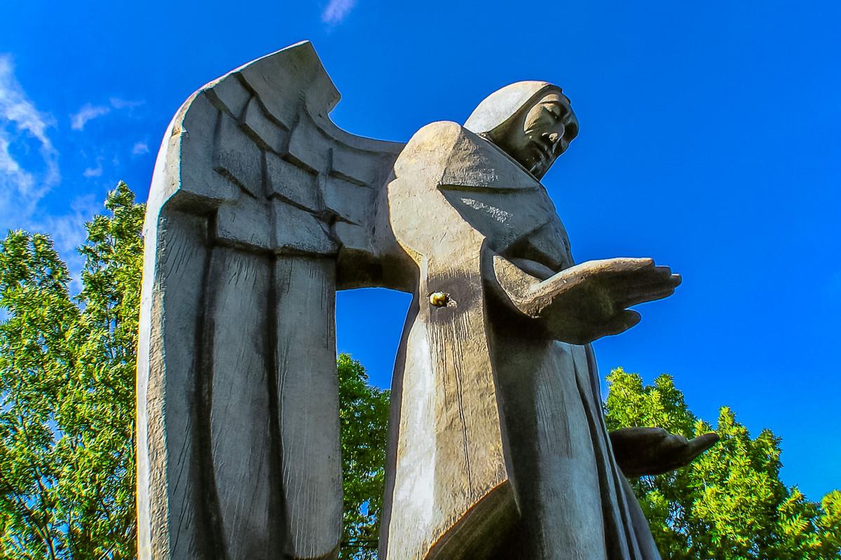 Чем отличается статуя от памятника?