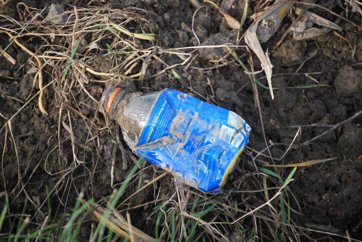 自然 草 プラスチック 葉 野生動物 泥 土壌 ごみ 廃棄物 ゴミ 野生の寄託物