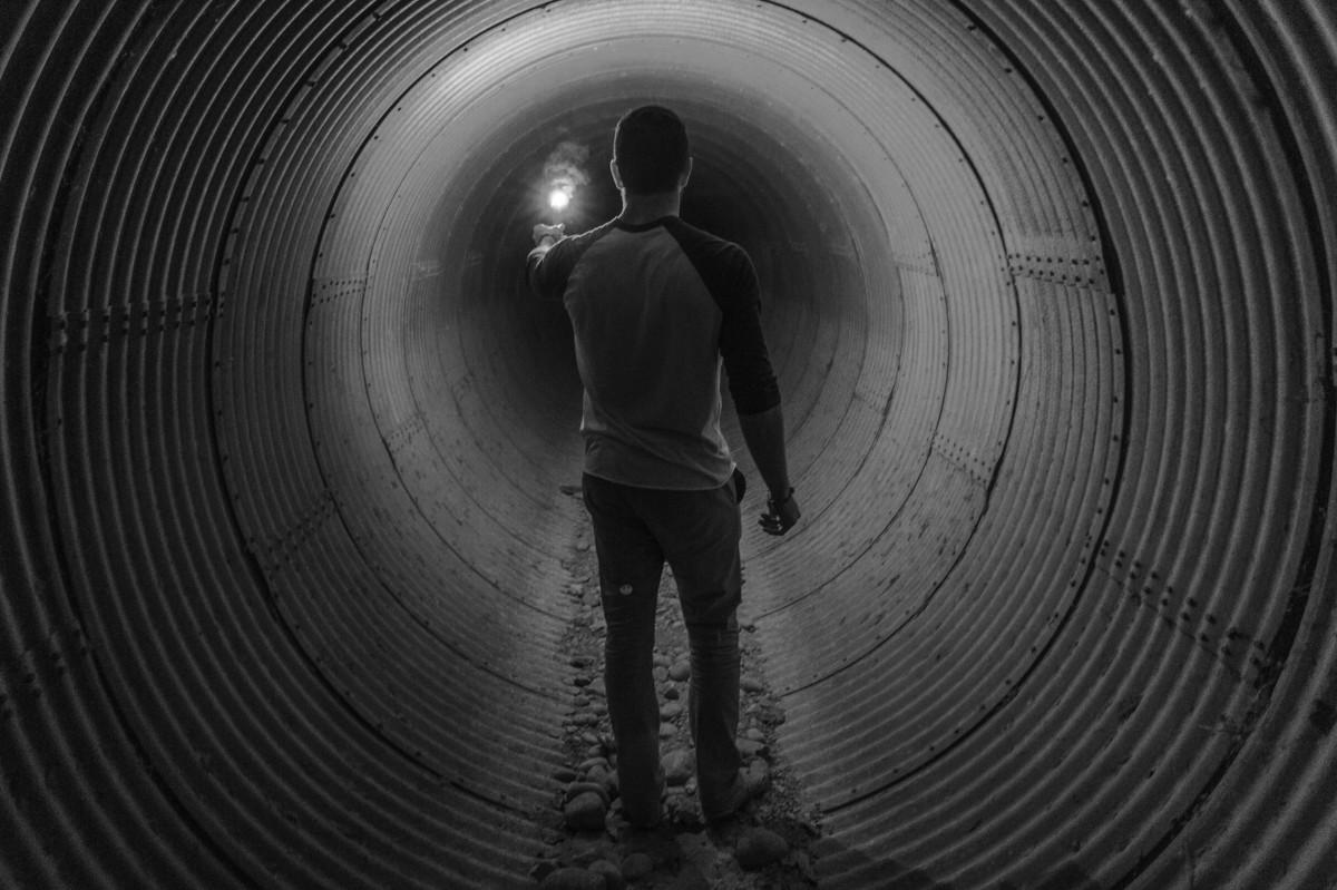 homme la personne noir et blanc la photographie roue spirale tunnel ligne Feu obscurité noir Monochrome cercle Infrastructure symétrie Photographie monochrome