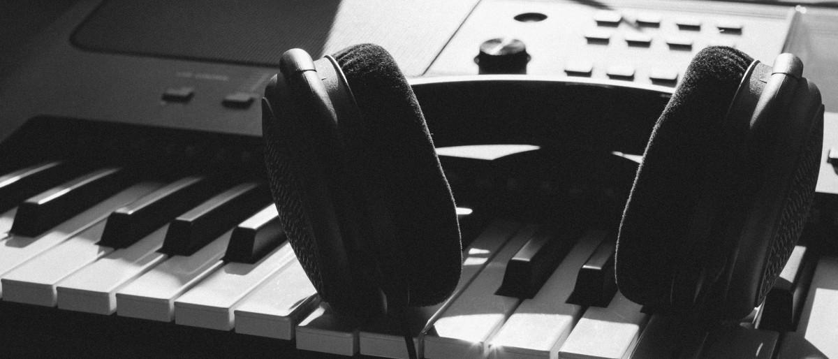 đàn piano đen và trắng nhạc cụ Bàn phím Piano kỹ thuật số Bàn phím âm nhạc Piano điện Dụng cụ điện tử Dụng cụ âm nhạc phụ kiện Chơi đàn piano Nhiếp ảnh đơn sắc Công nghệ Nhạc cụ điện tử Nghệ sĩ piano jazz Đơn sắc Bàn phím điện tử anh hùng bàn phím Bộ tổng hợp Pianet