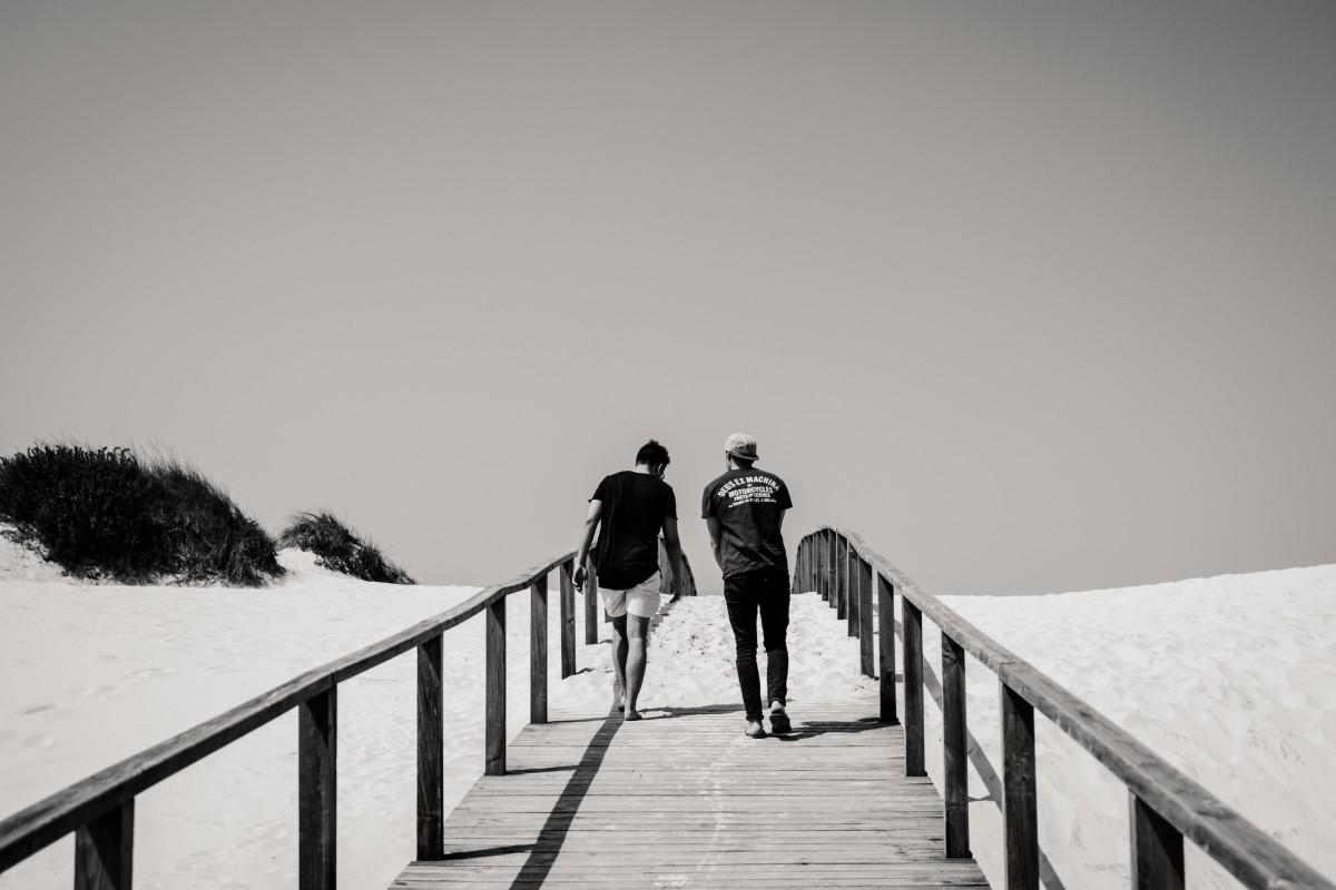 Adultos de praia Calçada ponte À beira-mar Luz do dia Escala de cinza panorama luz homem natureza oceano Ao ar livre pessoas neve degrau viagem clima inverno mulher madeira Ponte de madeira