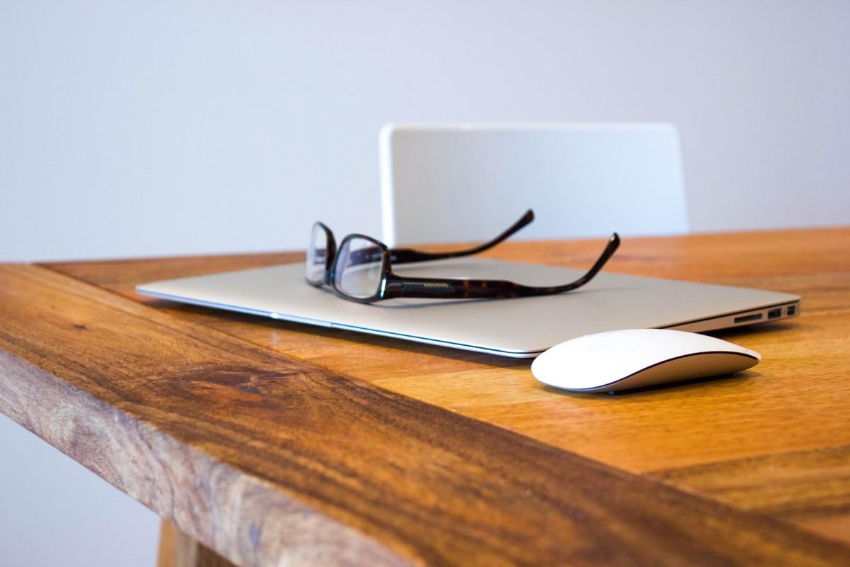 bureau carnet ordinateur Macbook l'écriture table bois La technologie chaise Souris Bureau étagère Entreprise meubles Apple Inc Station de travail Bloguer bureau à domicile lunettes Macbook Air des lunettes rectangle Matériel auteur forme Souris pomme