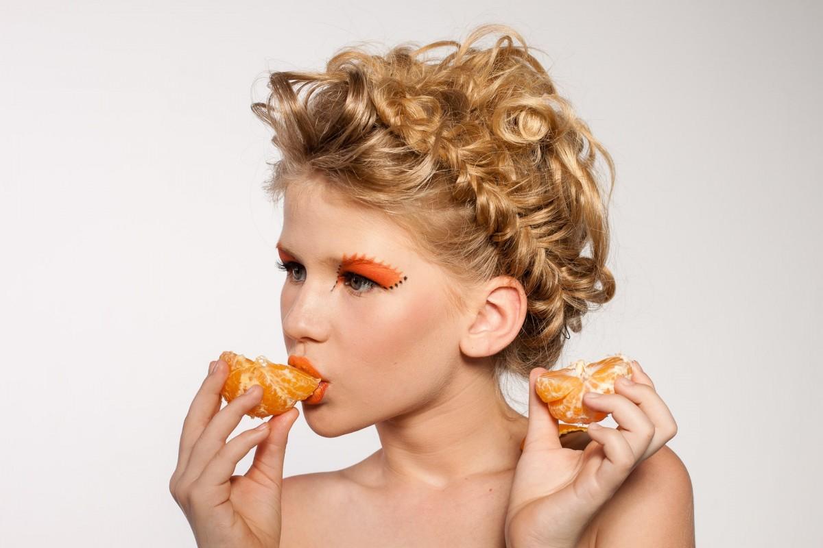 mujer cabello Fruta naranja retrato modelo Moda peinado trenza maquillaje pelo largo cara cabeza Mandarina belleza rubio Sesión de fotos Pelo castaño