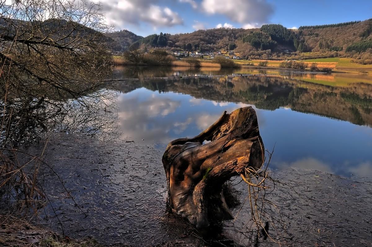 https://c.pxhere.com/photos/7e/f7/nature_maar_volcano_vulkaneifel_water_reflection_waters_landscape_sea_fields_maar-1058247.jpg!d