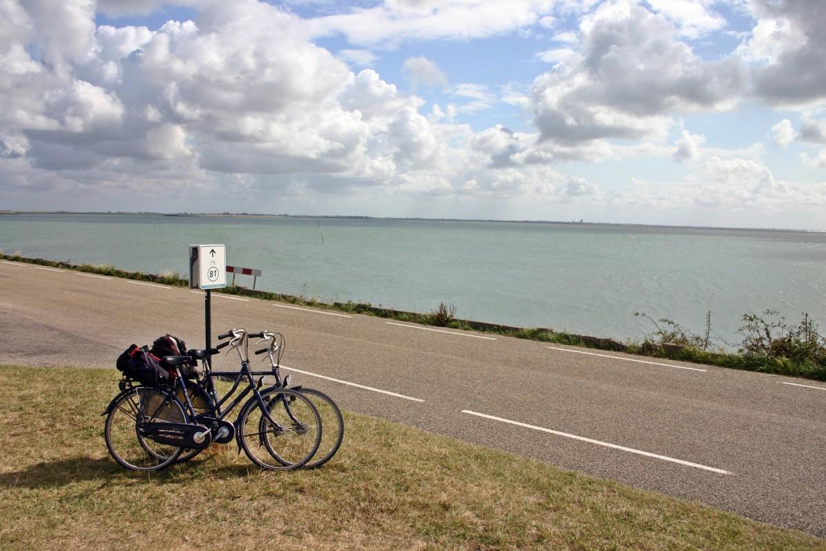 strand zee kust horizon berg- hemel weg kust- fiets fiets vervoer- voertuig park fiets wielersport Holland Nederland wolken tour fietsen wielen breken onderweg zeeland fietstocht uitgeschakeld dijk schouwen duiveland