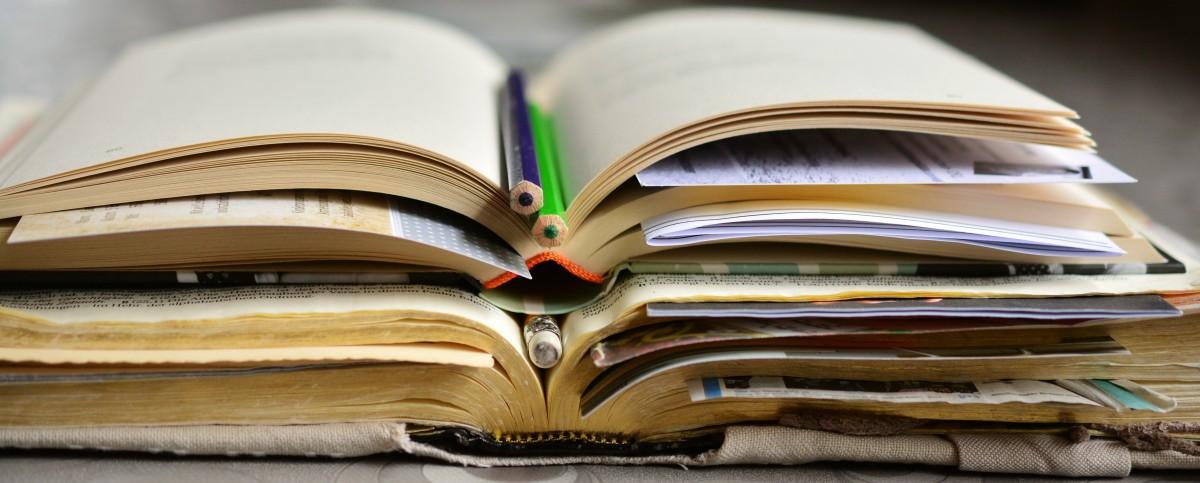 escritura libro leer apilar papel Biblia educación de cerca marca Páginas literatura estudiar libros aprender documento inclinado Páginas del libro Estudio Bíblico Materiales de escritura