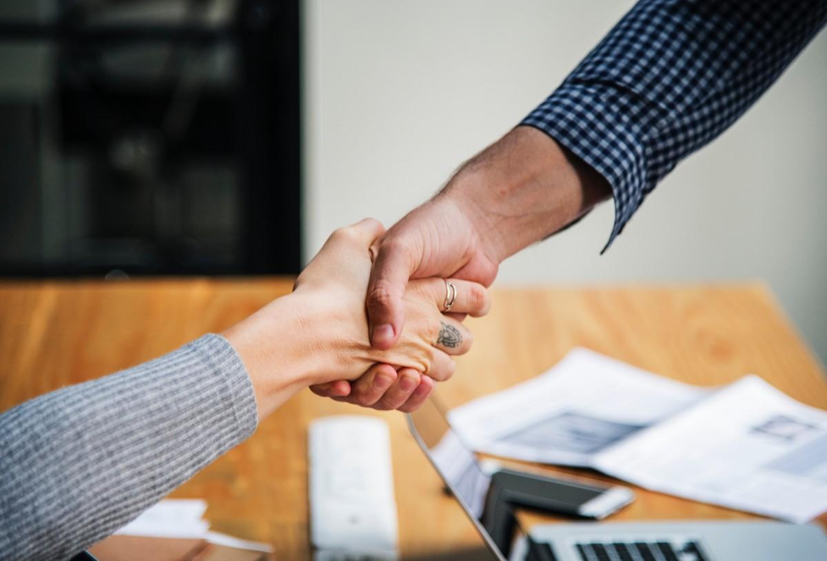 ความสำเร็จ ผู้ใหญ่ ข้อตกลง แขน ธุรกิจ ข้อตกลงทางธุรกิจ การตกลงทางธุรกิจ ใกล้ชิด ความร่วมมือ เพื่อนร่วมงาน คอมพิวเตอร์ การเชื่อมต่อ ความร่วมมือ จัดการ เพื่อน ท่าทาง เข้าใจ ทักทาย มือ การจับมือกัน ช่วยด้วย ในบ้าน การลงทุน นักลงทุน แล็ปท็อป ชาย การประชุม สำนักงาน กระดาษ คู่ค้า ห้างหุ้นส่วน คน สัญญา ห้องพัก เริ่มต้น ความสำเร็จ สนับสนุน ตาราง ทีม การสร้างทีม การทำงานเป็นทีม เทคโนโลยี ความสามัคคี ไว้วางใจ สามัคคี หญิง งาน ที่ทำงาน