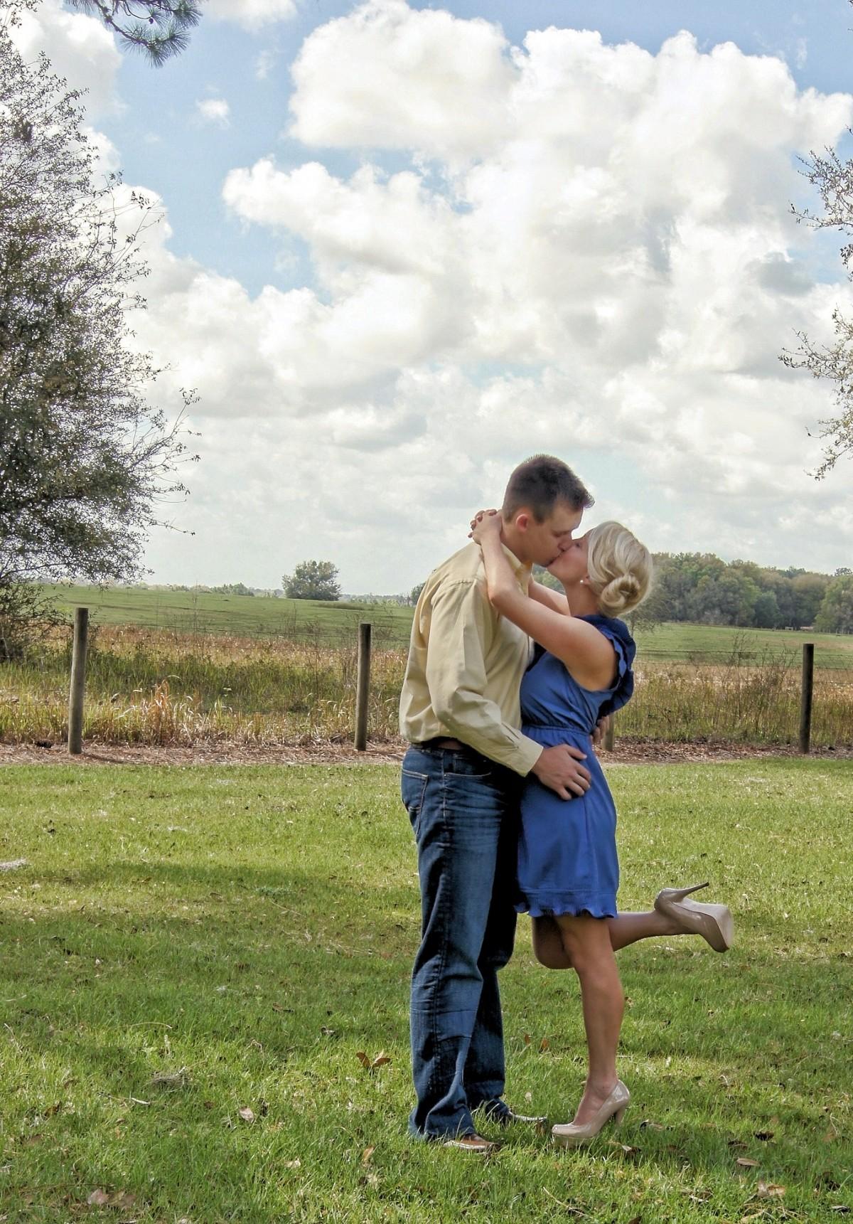 images gratuites herbe gens femme pelouse prairie f te amour jeune symbole couple. Black Bedroom Furniture Sets. Home Design Ideas