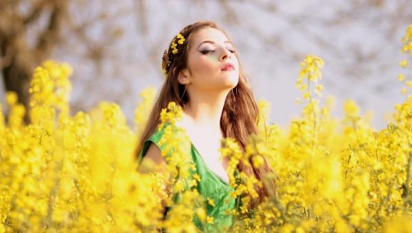 Fotoğraf : çimen, kız, alan, çim, çayır, çiçek, Bahar