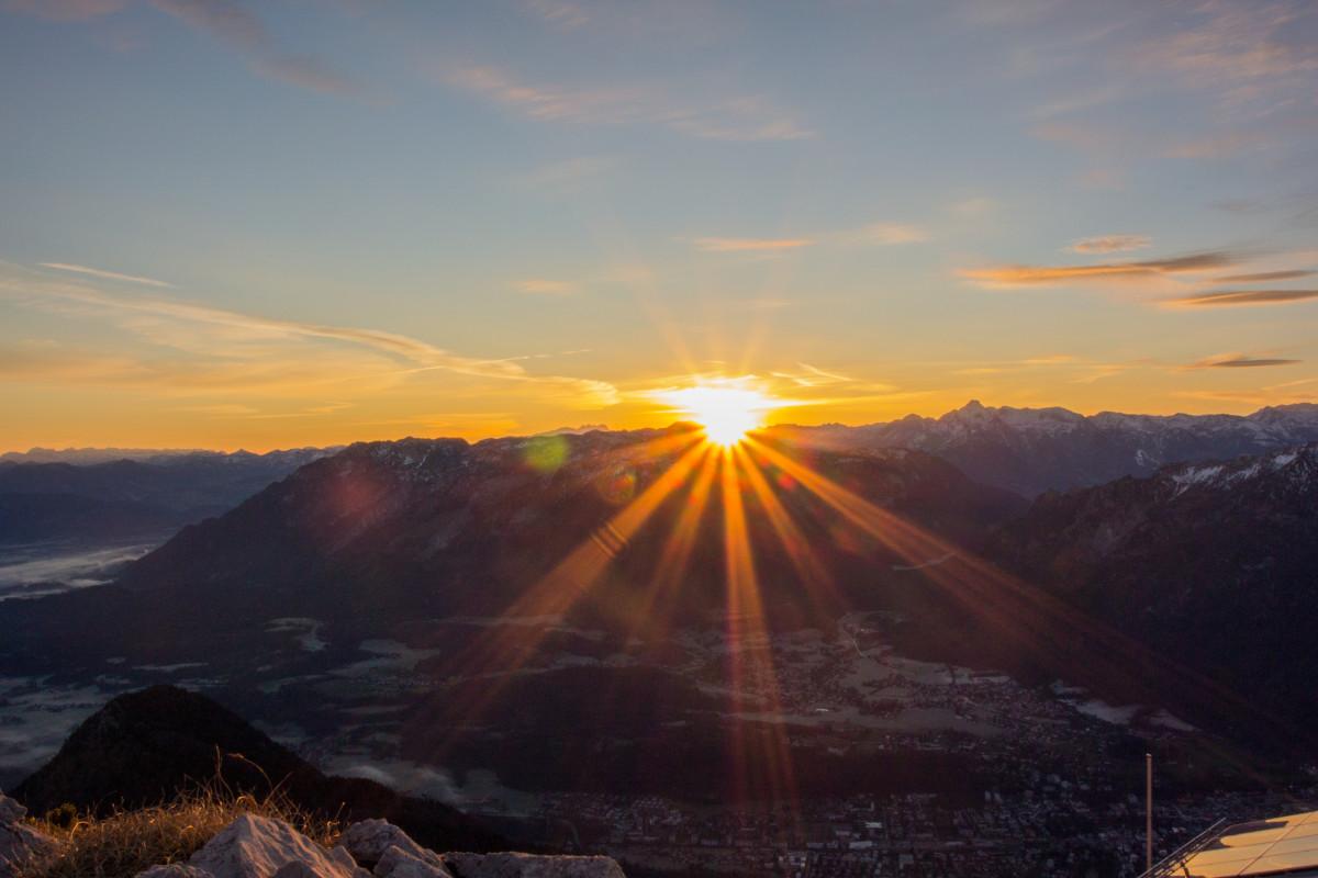 Картинка солнце за горой