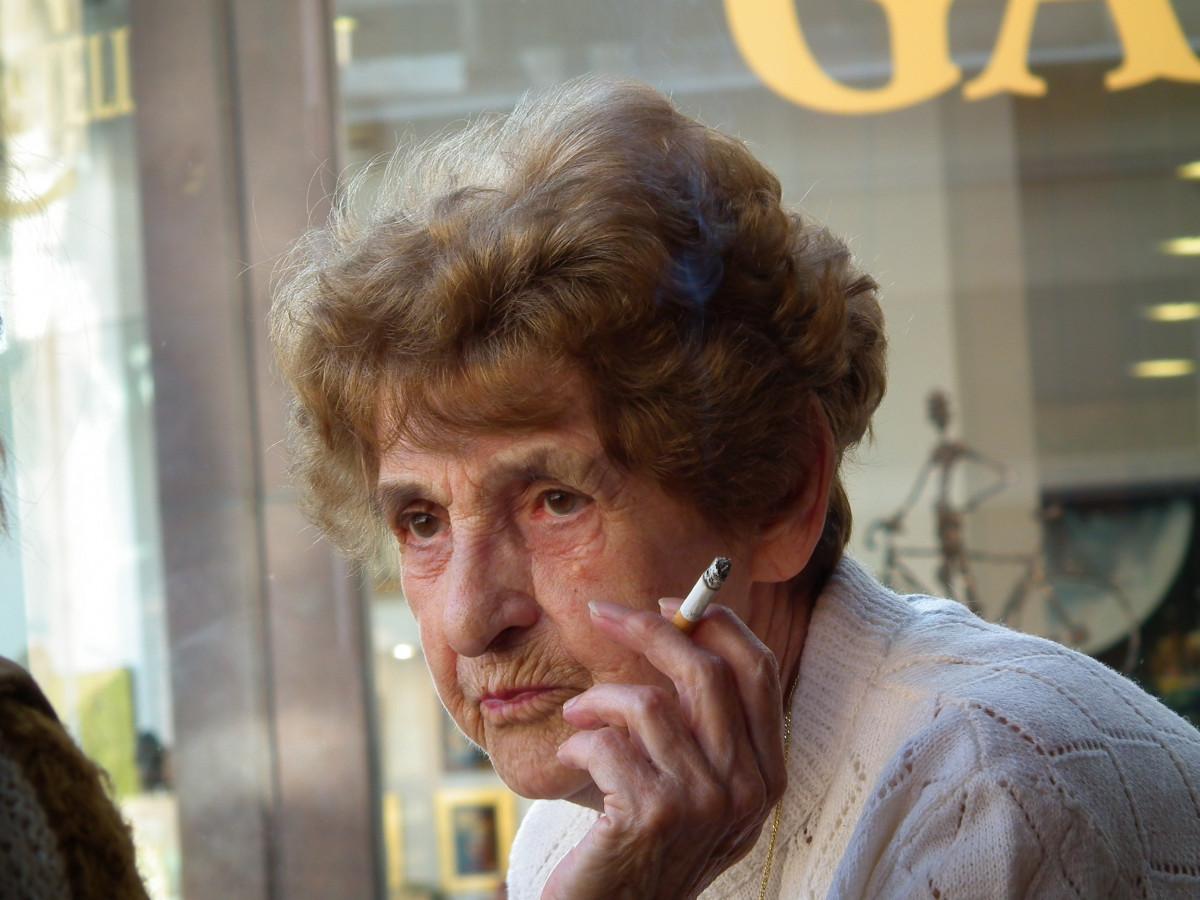 Пожилая с сигаретой курит видео