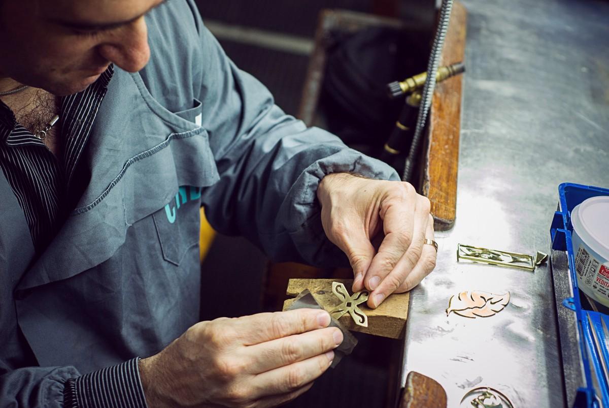 travail main aliments boisson les pièces artisan bijoux les métaux Ponçage