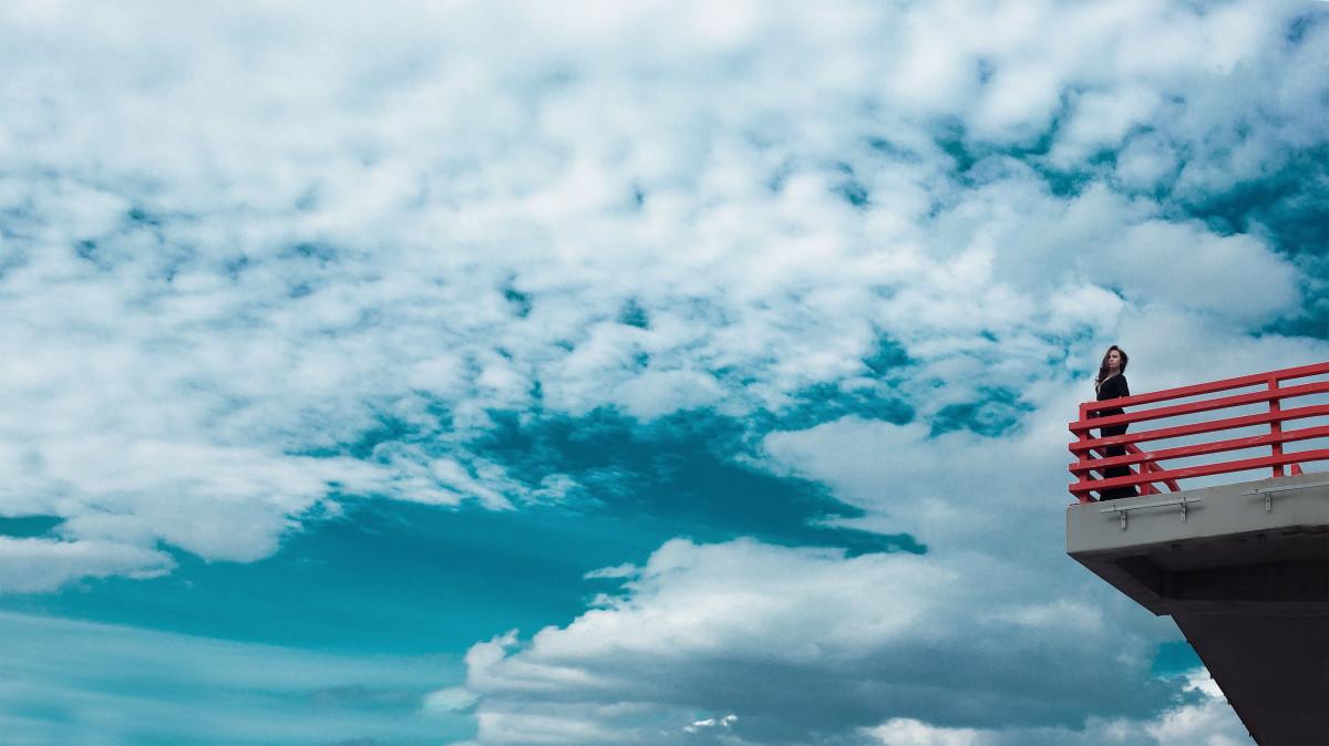 Фото девушек смотрят в небо