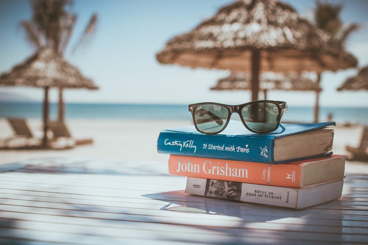 mesa playa mar leyendo temporada gafas al aire libre soleado libros recurso Gafas de sol Gafas sombras Hobby Novelas libros de historia Cathy Kelly Montaña gris John Grisham