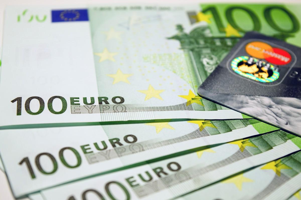 お金 ビジネス 豊富 ラベル ブランド 現金 通貨 ユーロ 危機 100 ビル リッチ 財政 資料 経済 所得 金融 富 利益 給料 収入 紙幣 腐敗 欧州連合 現金 100ユーロ