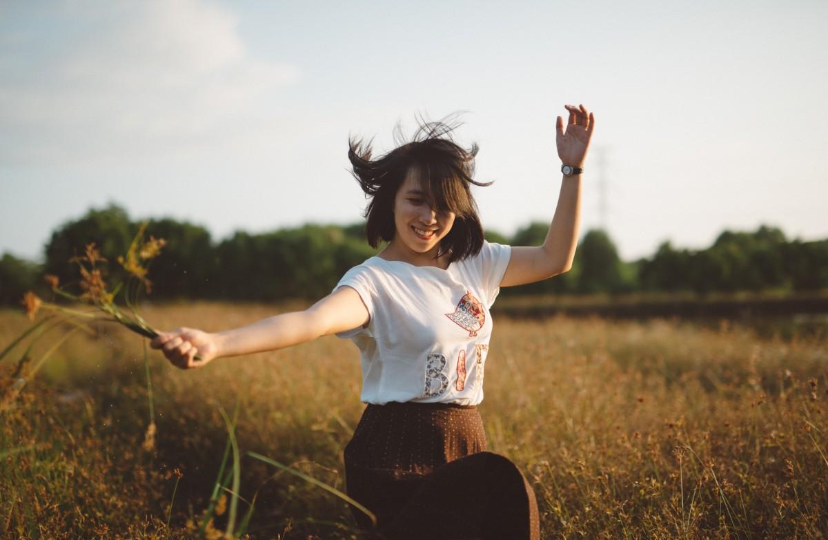 https://c.pxhere.com/photos/8c/1a/girl_dancing_woman_happy_grass-500242.jpg!d