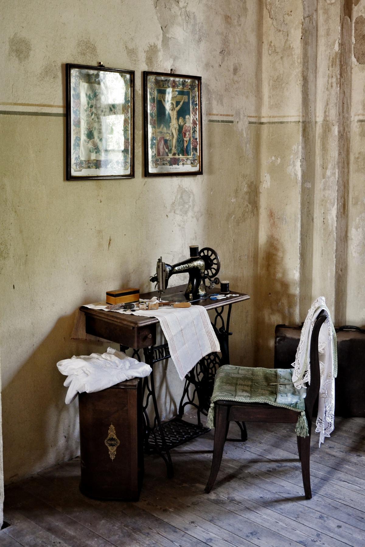 kostenlose foto tabelle holz jahrgang haus sessel alt zuhause mauer wohnzimmer m bel. Black Bedroom Furniture Sets. Home Design Ideas