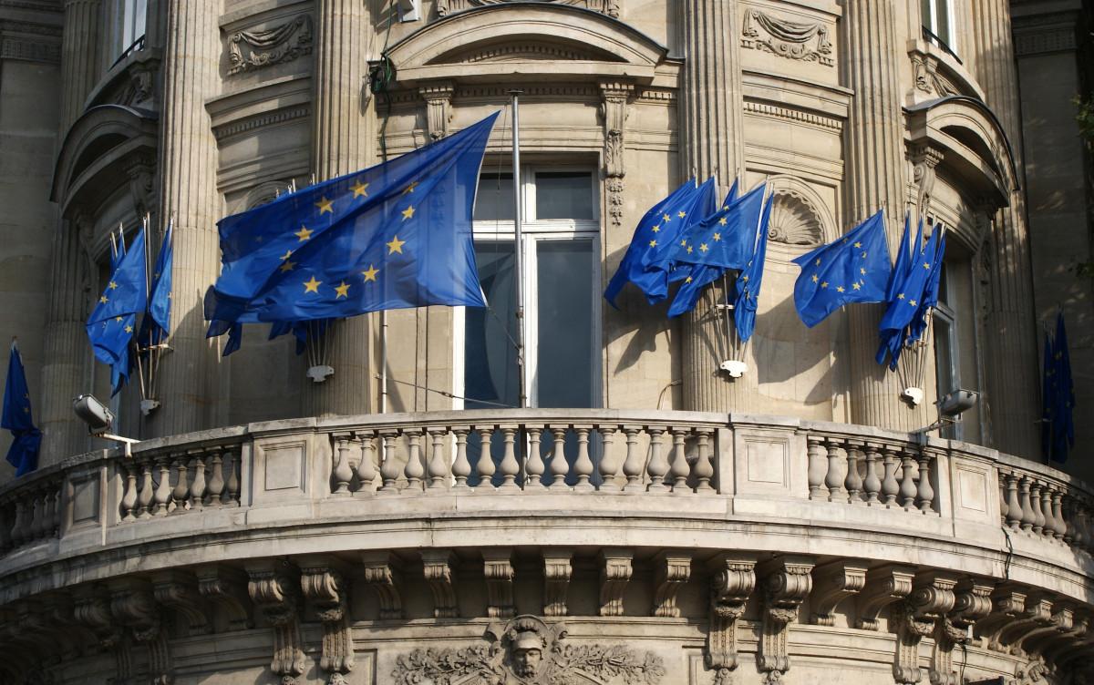 arquitectura edificio ciudad París balcón Francia estatua punto de referencia fachada azul fuera de metrópoli Ciudades área urbana Asentamiento humano Banderas de la unión europea