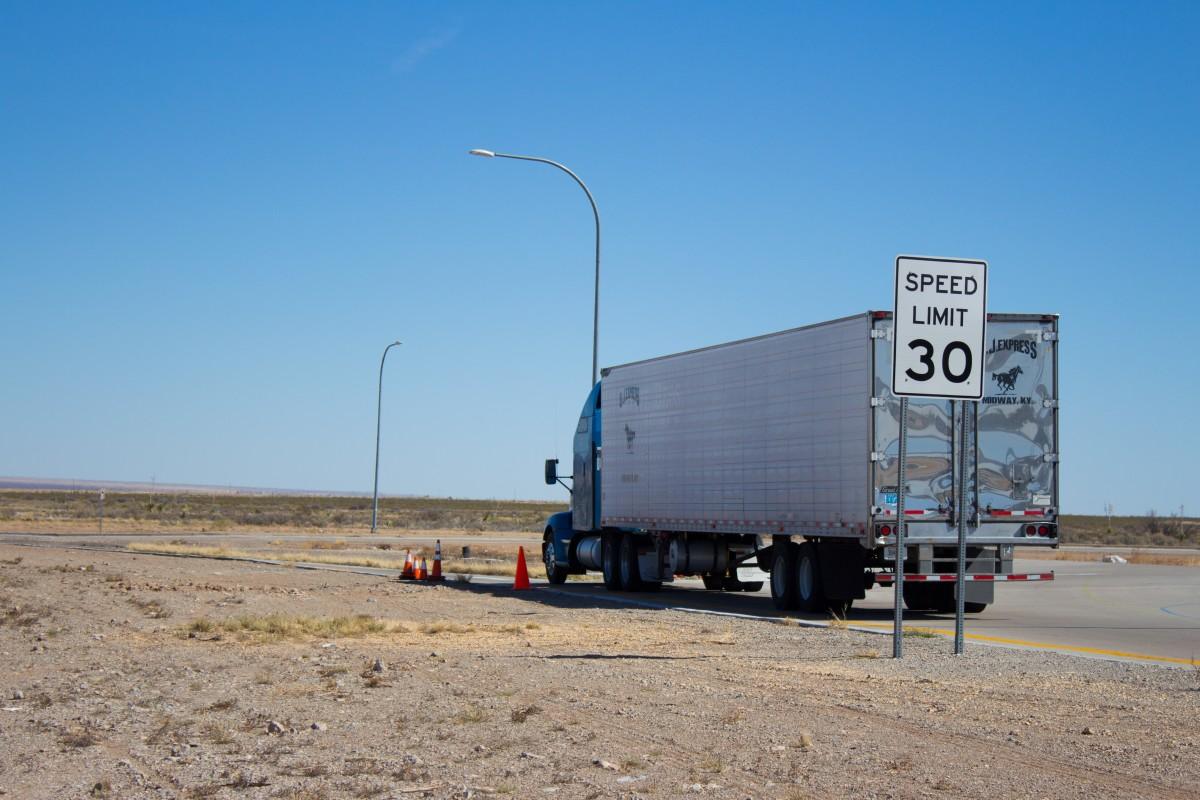 la carretera automóvil autopista conducción asfalto transporte transporte camión vehículo industria carga envío camión carga diesel grande pesado carga conductor remolque semi semi camión camionaje aparejo Camionero