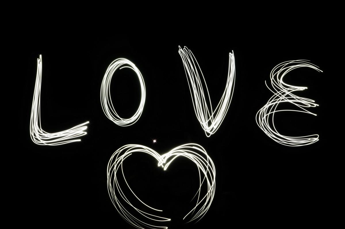 Черная картинка с надписью я люблю тебя