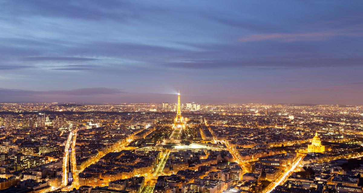 Paris - Vue aérienne - Nuit - Lumière - Ville - Espace urbain - SchoolMouv - Géographie - CM1