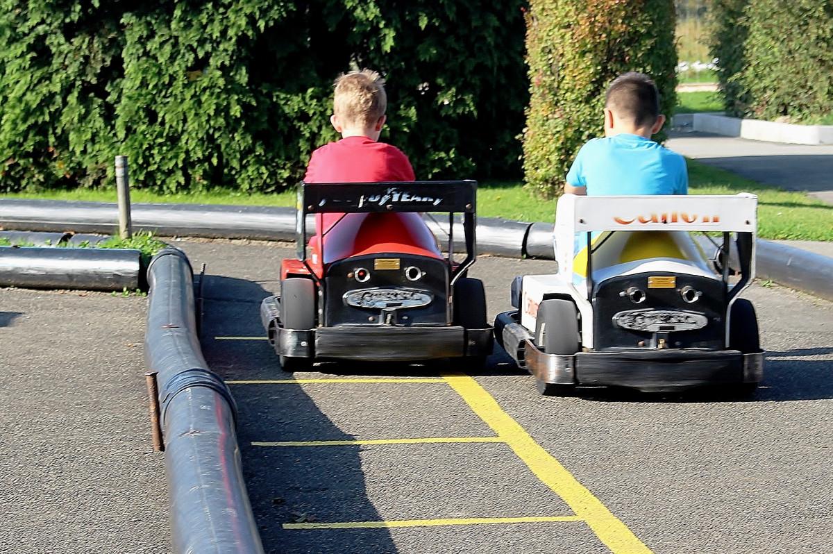 images gratuites jouer au volant asphalte v hicule auto voiture de sport parc d. Black Bedroom Furniture Sets. Home Design Ideas