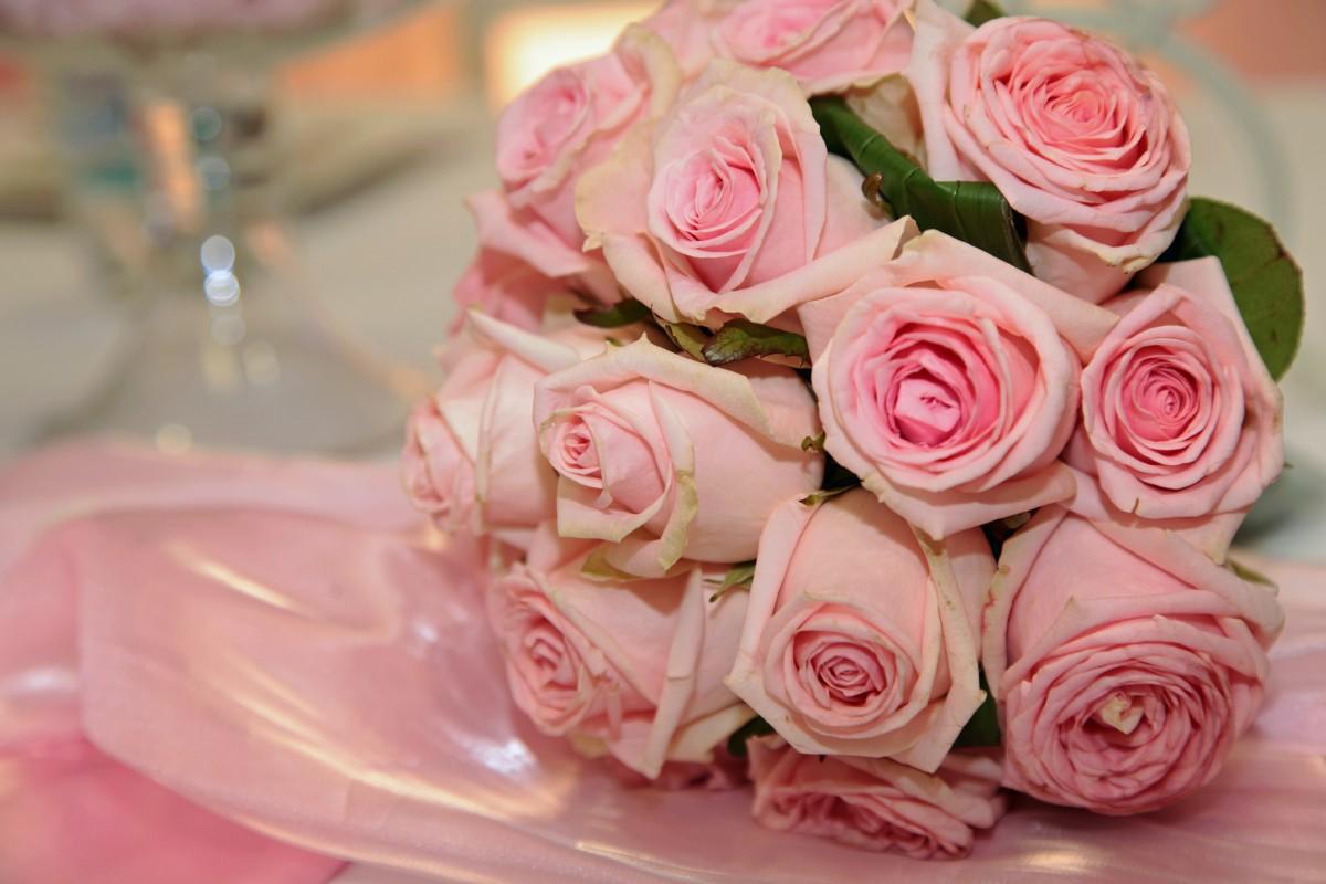Букет невесты с красными цветком фото