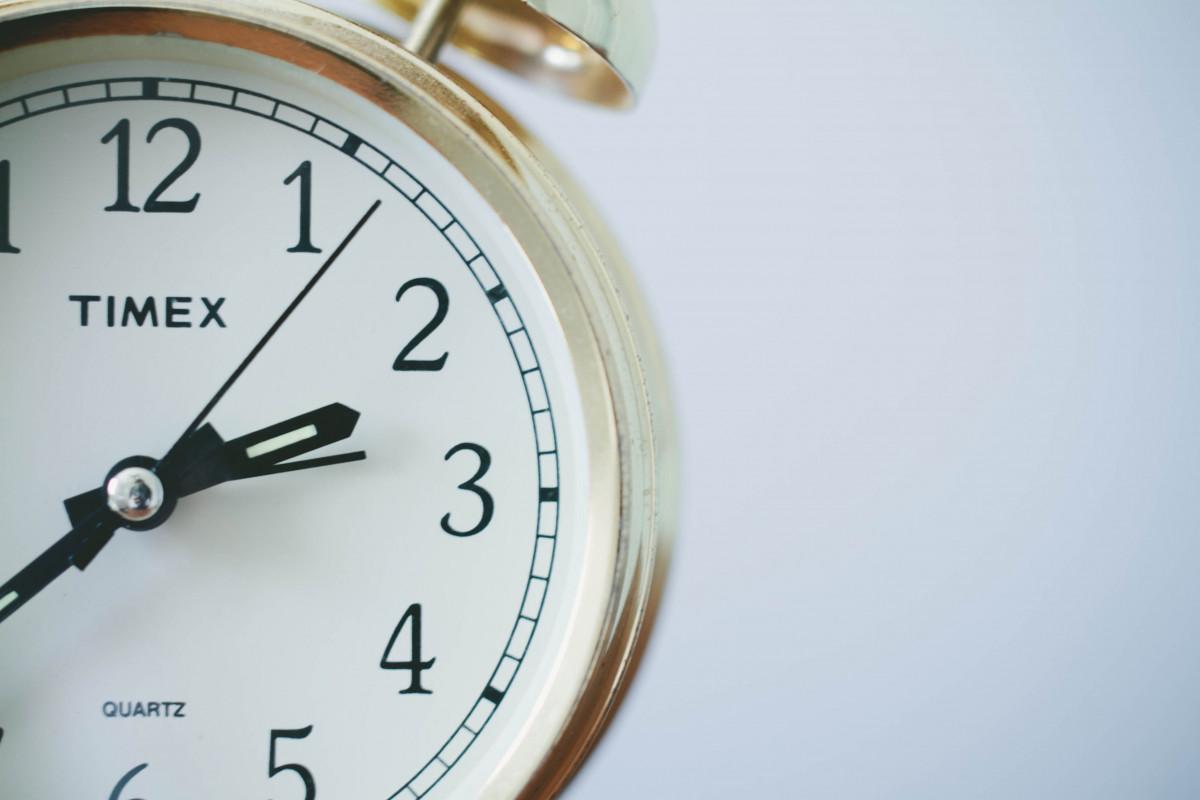 regarder main l'horloge temps heure réveil alarme