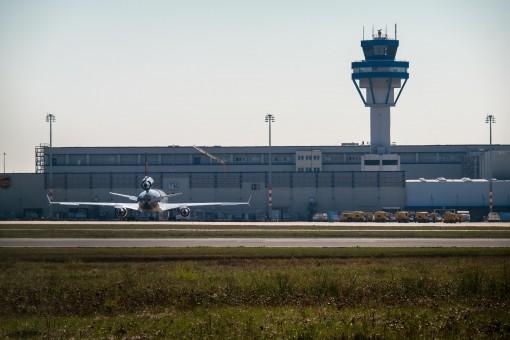 tren,aeropuerto,aeronave,transporte,vehículo,torre