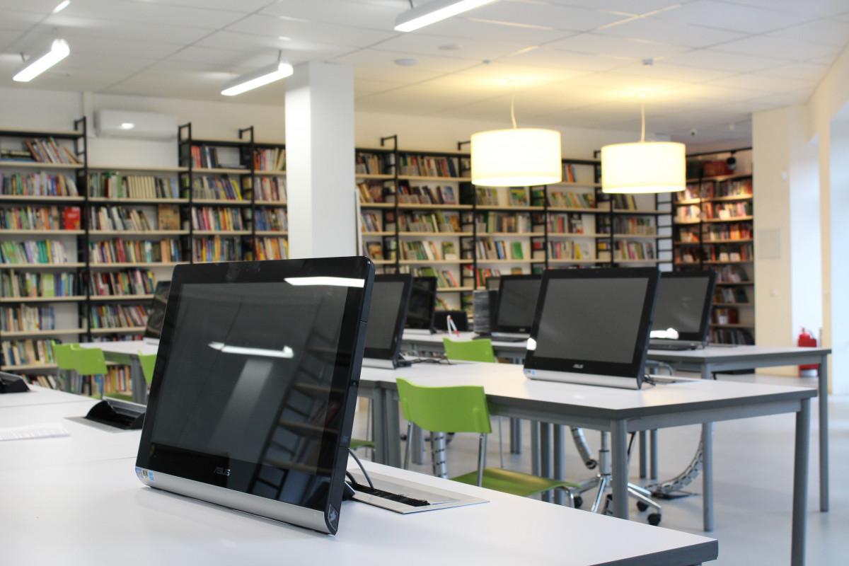 Fotos gratis mesa edificio leyendo sala espacio for Diseno de interiores universidad publica