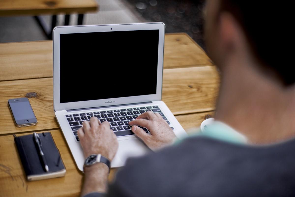 Iphone computadora escritura trabajo mano pantalla manzana mecanografía hombre persona tecnología bloc codificación programación macBook Air diseño Dispositivos Notas Bosquejo computadora personal
