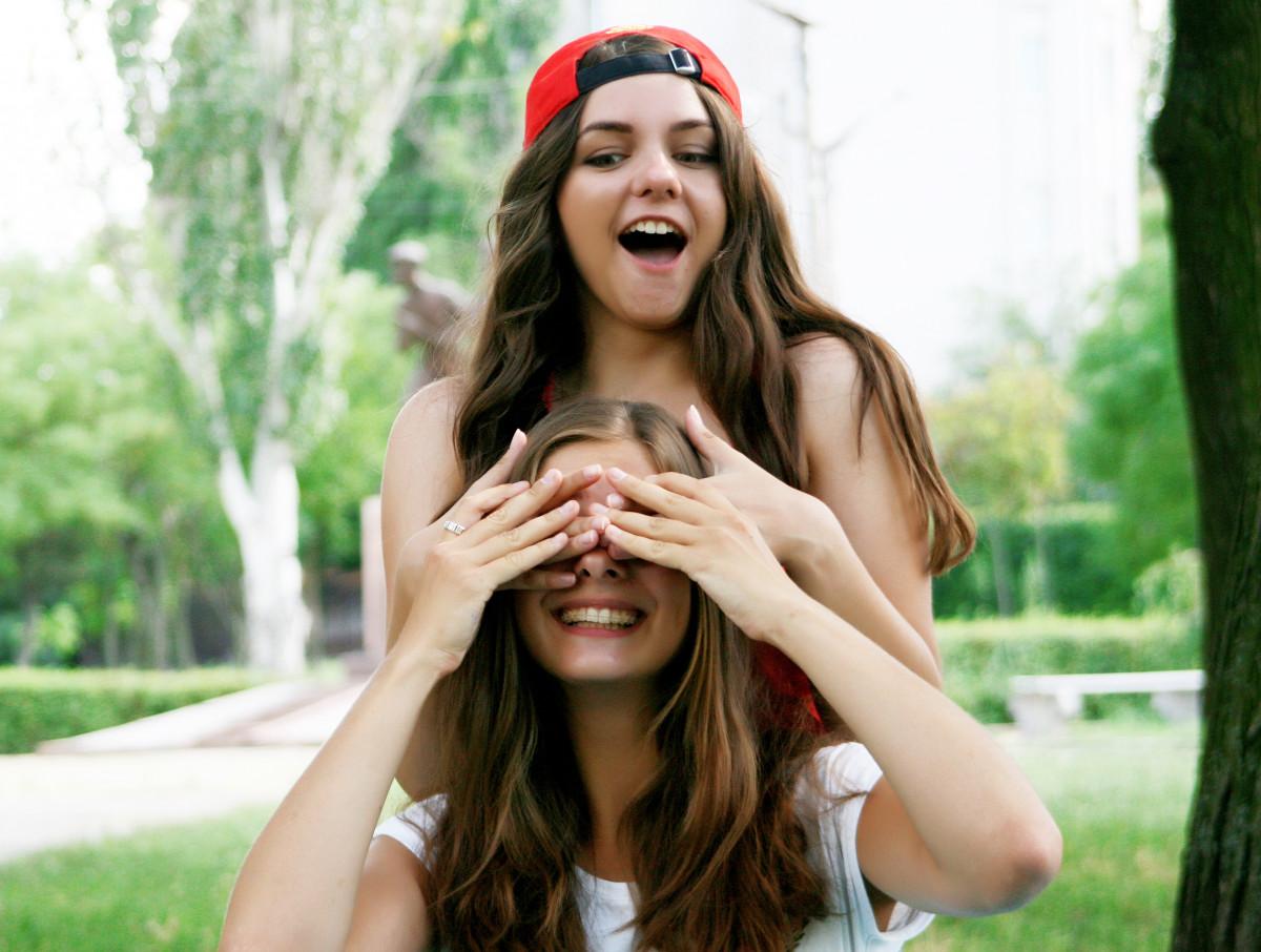 természet személy emberek lány nő haj fényképezés nyár portré modell divat ruházat barátság hölgy arckifejezés frizura mosoly fürdőruha hosszú haj szabadban lányok barátok fénykép bőr szépség szőke Fotó barna haj portré fotózás art modell