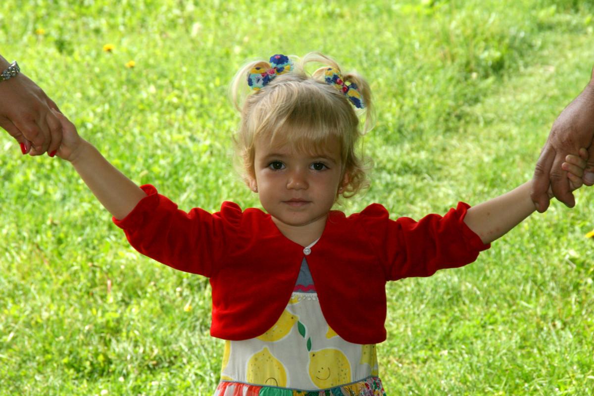 main la personne gens fille pelouse Prairie jouer fleur mâle amour enfant agriculture bambin protection Parents