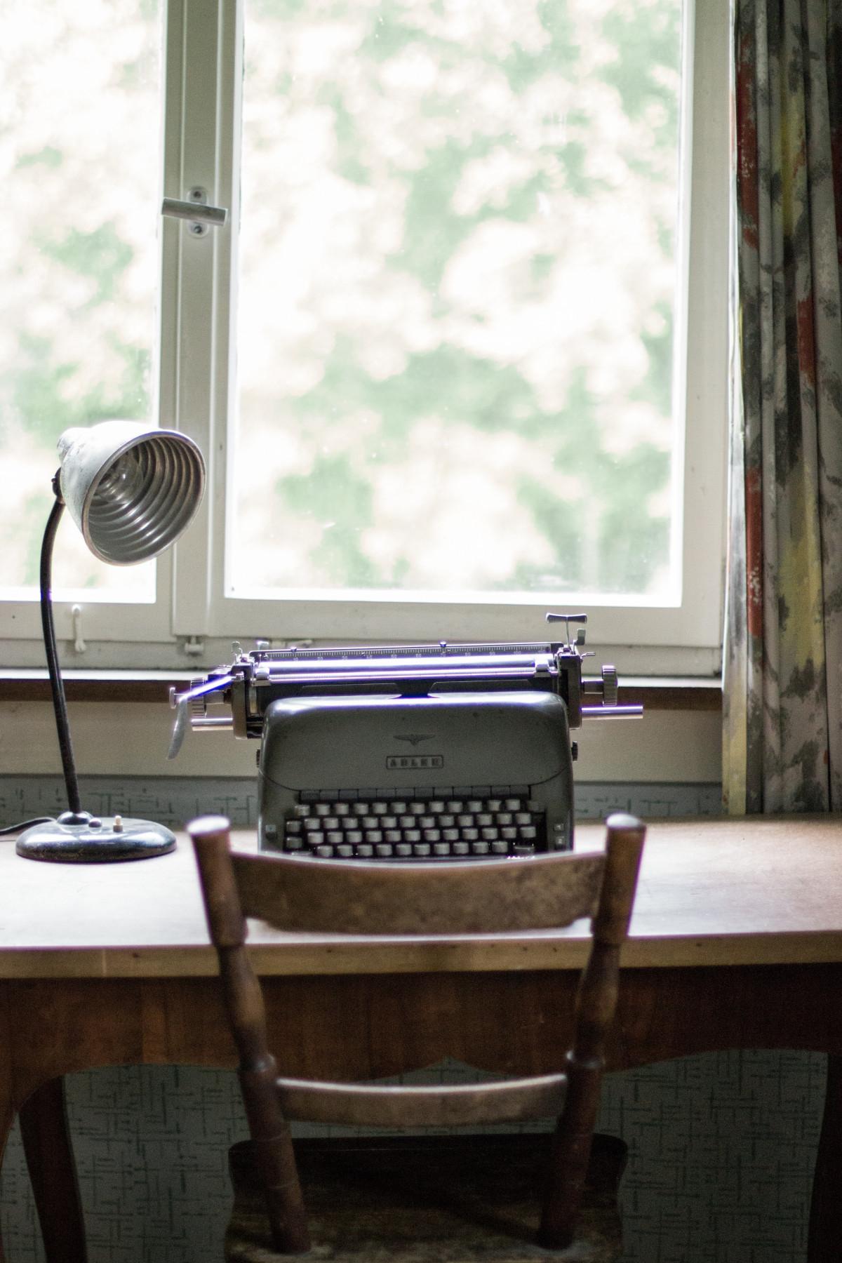Immagini belle scrivania sedia finestra casa modello for Mobilia spazio