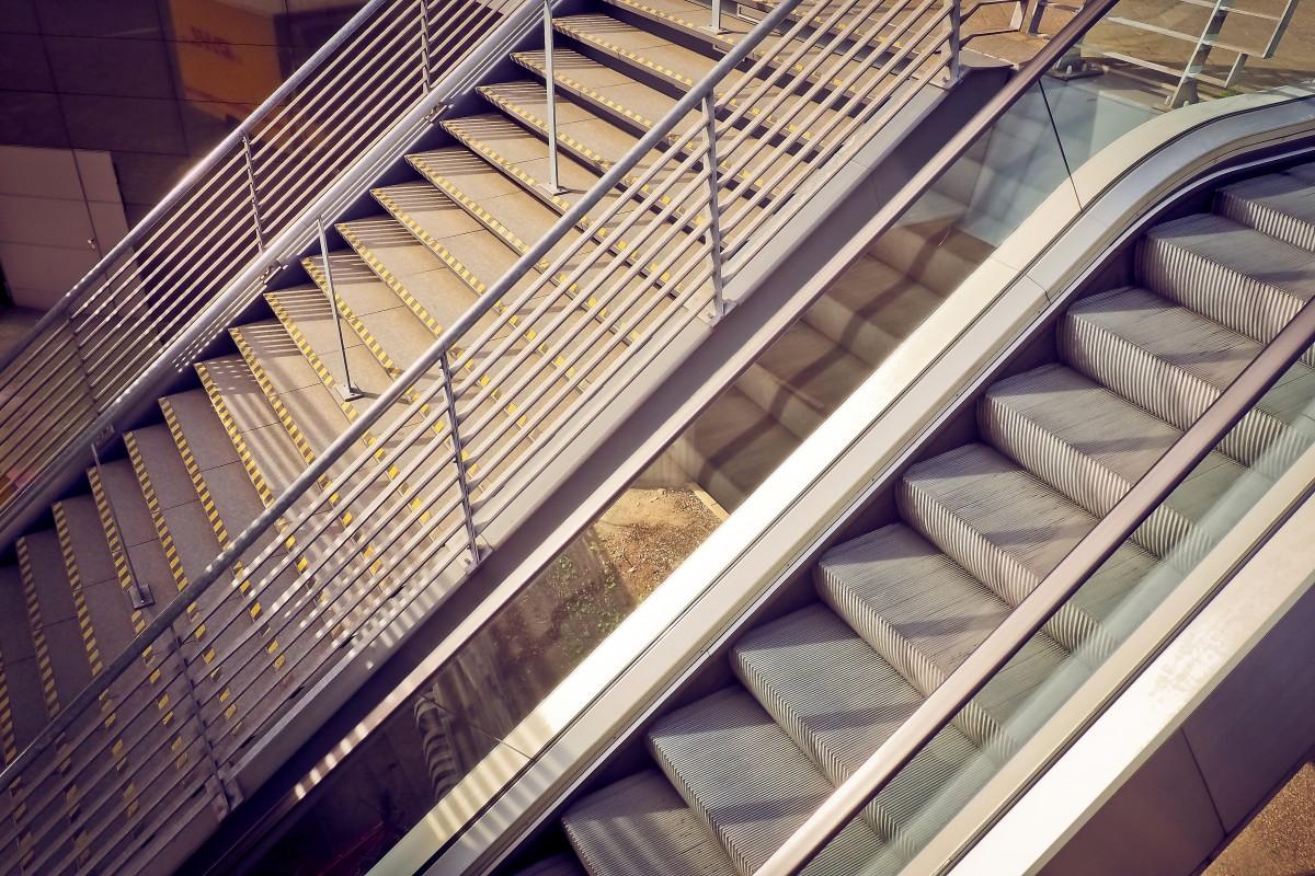 arquitectura madera tecnología techo edificio escalera escalera mecánica barandilla línea piano metal fachada instrumento musical diseño de interiores pretil escalera abajo subir hacia arriba mejorar aparición gradualmente escalón Iluminación natural Gradualmente arquitectura Treppengel nder Escaleras metálicas instrumento de cuerda Revestimiento de ventana