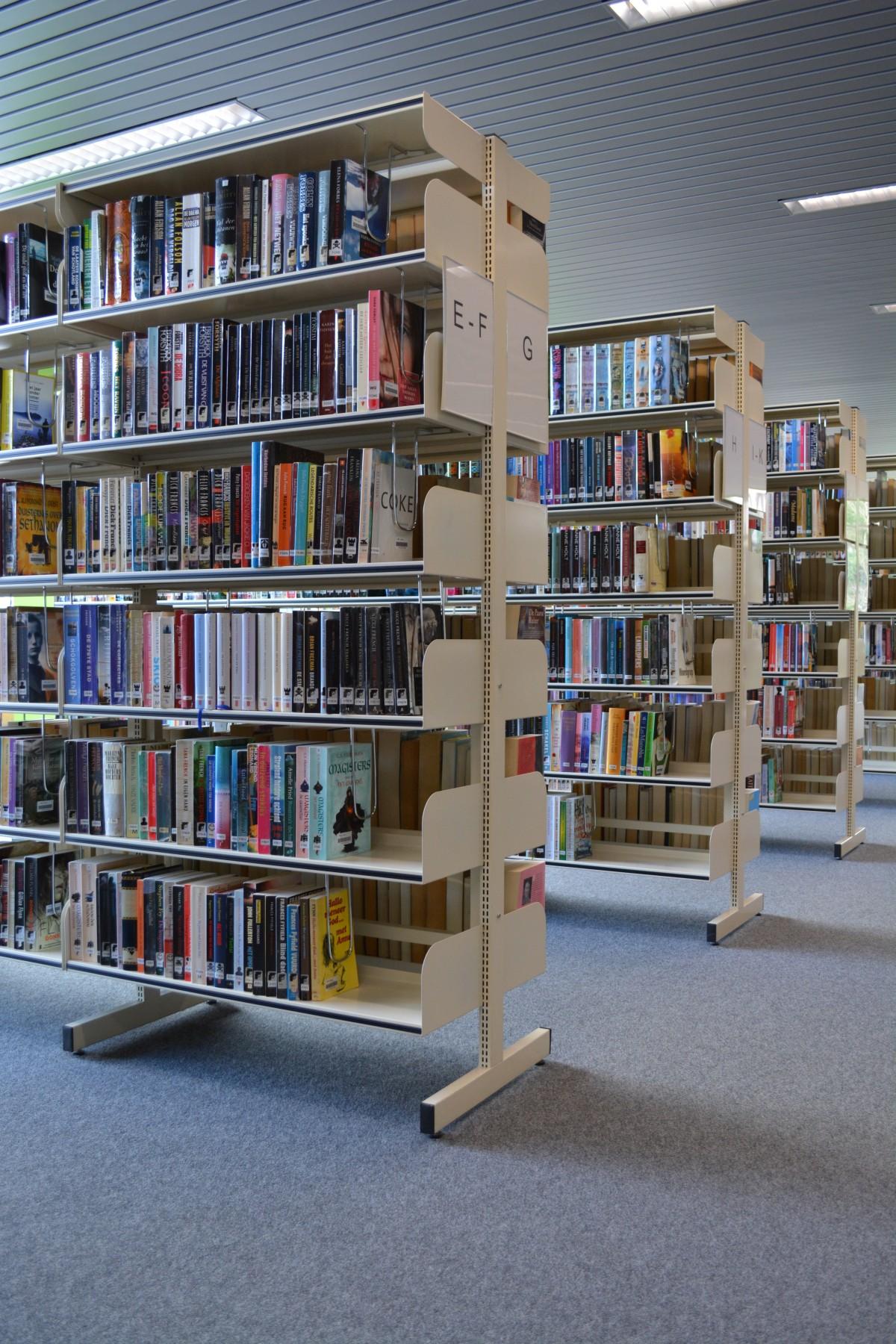 Fotos gratis leer madera mueble habitaci n estante for Estudiar diseno de interiores online gratis