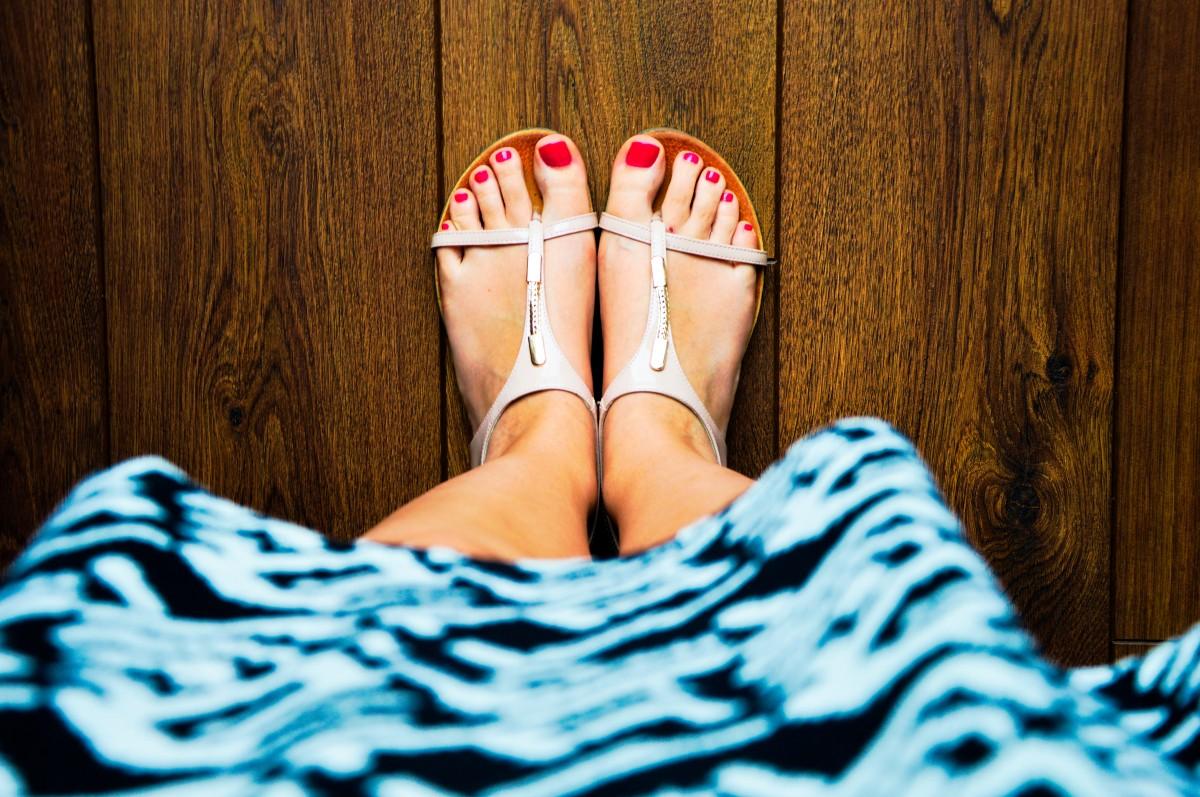 mano scarpa ragazza donna fotografia piedi estate gamba modello dito piede moda corpo umano vestito sandali gambe calzature unghie dei piedi bellezza attrezzatura servizio fotografico