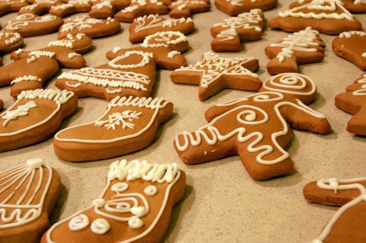blanc étoile cloche aliments rouge bleu Coloré cuisson Glaçage casse-croûte biscuit dessert arbre de Noël cuit Calories biscuits glaçage bonhomme de neige délicieux stockage formes pain d'épice Produits de boulangerie snack Biscuits et craquelins Bredele