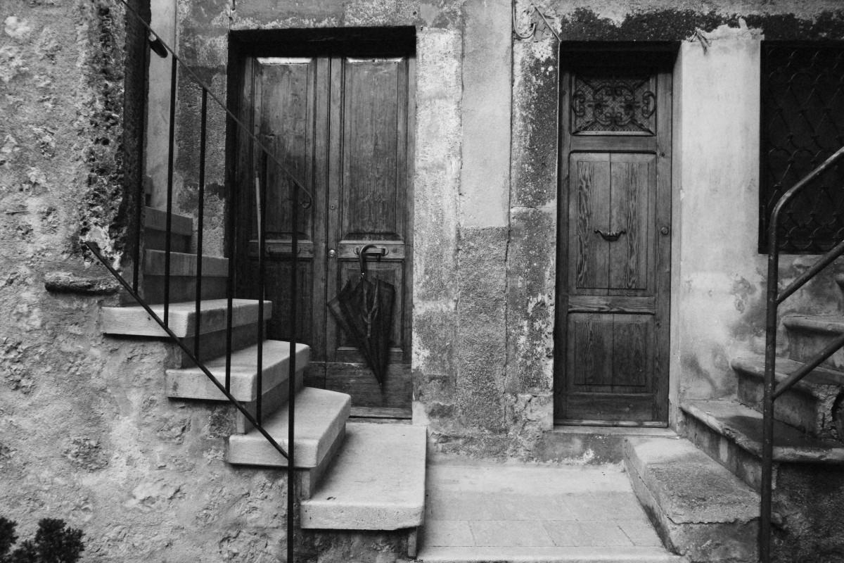 Images gratuites noir et blanc route rue maison for Fenetre urbaine