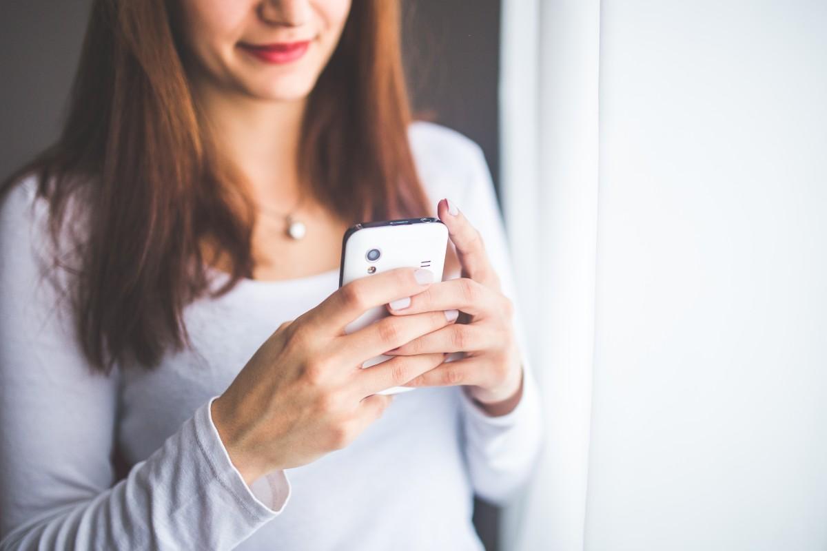 Поздравлением, картинки девушка с телефоном