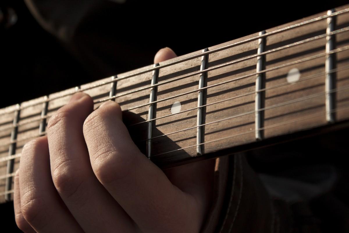 Roche la musique guitare guitare acoustique instrument de musique fermer guitariste guitare basse Musicien de rue instrument à cordes Instruments à cordes pincées Slide guitar