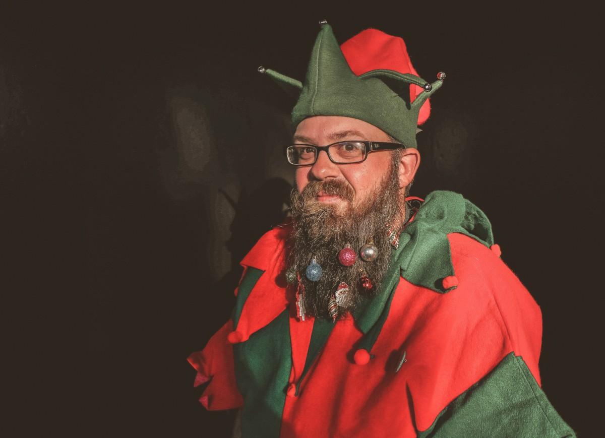 Fotos gratis : adulto, atractivo, barba, gorra, celebracion, Navidad, Bolas de navidad, disfraz ...